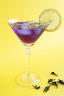 マティーニグラスにレモンとアイスブルーフラワーティーにクローズアップ