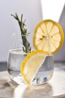 新鮮なレモンとアイスレモネードのクローズアップ