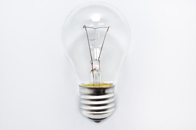 分離された白熱電球のクローズアップ