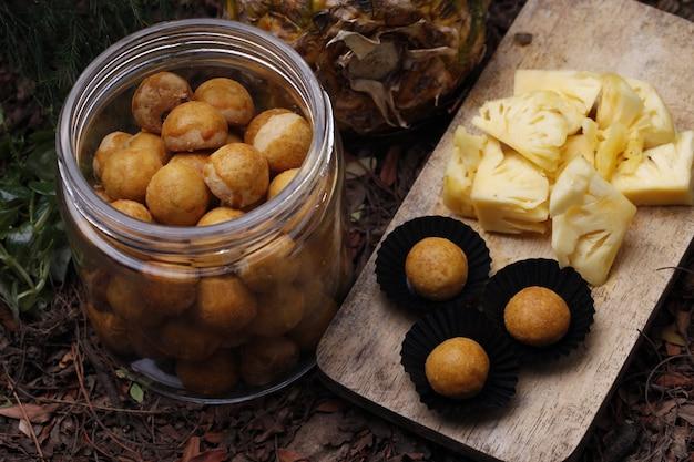 インドネシアのパイナップルのタルトクッキーをクローズアップ