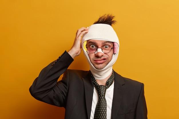 目の下の暗い打撲傷と脳震盪で負傷した男性にクローズアップ、包帯を着用 無料写真