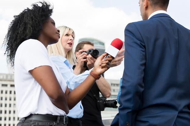 マイクを使ってインタビュー対象者をクローズアップ