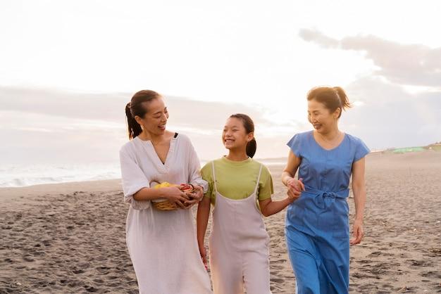 楽しんでいる日本の家族にクローズアップ 無料写真