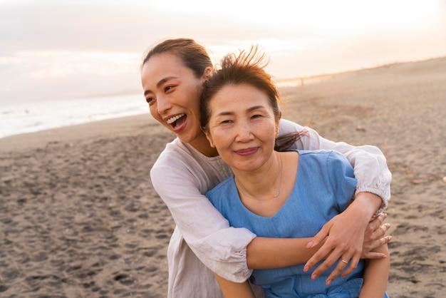 楽しんでいる日本の家族にクローズアップ