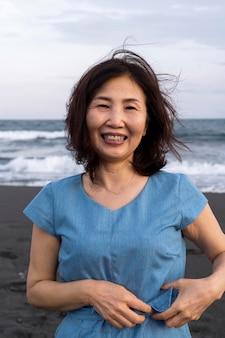 楽しんでいる日本人女性にクローズアップ