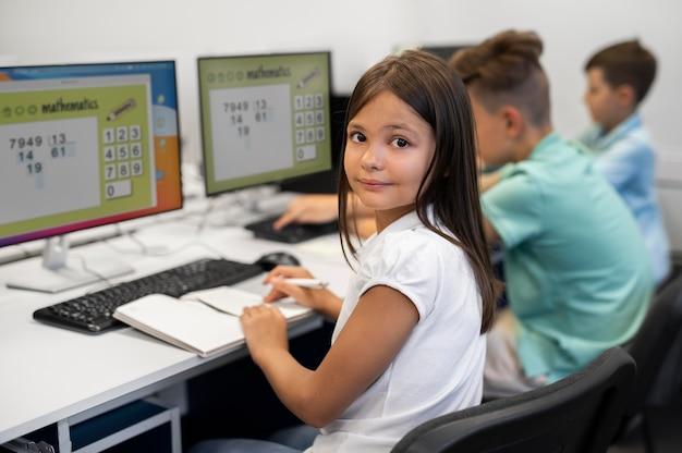 기술 교육 수업을 받는 동안 아이를 가까이서