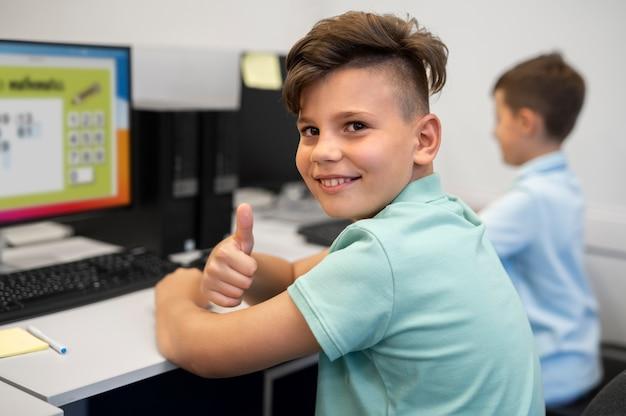 テクノロジー教育のクラスを受講している間、子供にクローズアップ