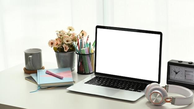 Крупным планом на ноутбуке на белом столе