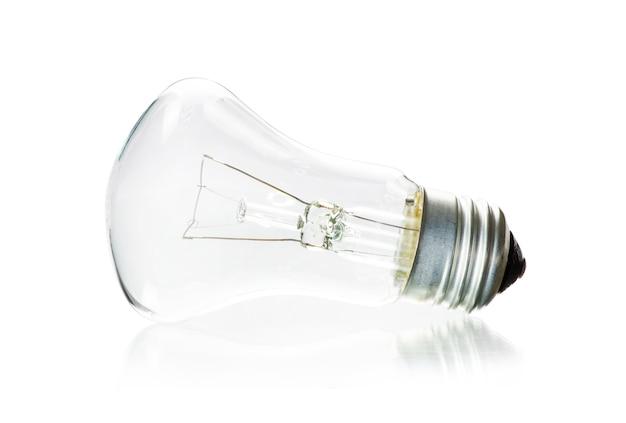 Крупным планом на лампочку изолированы