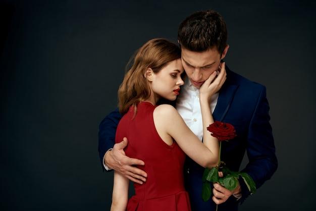 Крупным планом влюбленных с изолированной красной розой