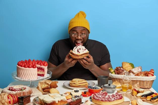 健康的な甘い食事をしている人にクローズアップ