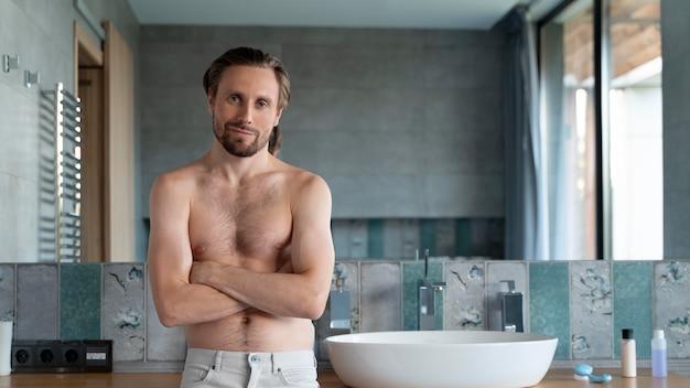 彼のバスルームで男のクローズアップ