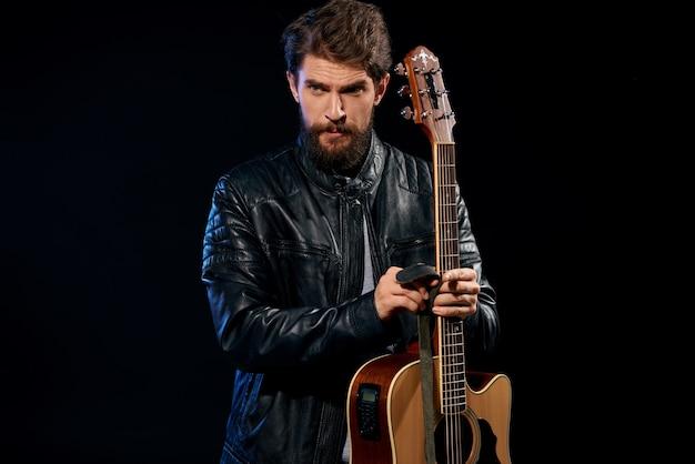 分離されたギターで遊んでいる人にクローズアップ