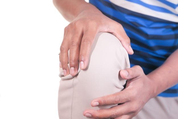 Крупным планом на человека, страдающего болью в коленном суставе, изолированной на белом