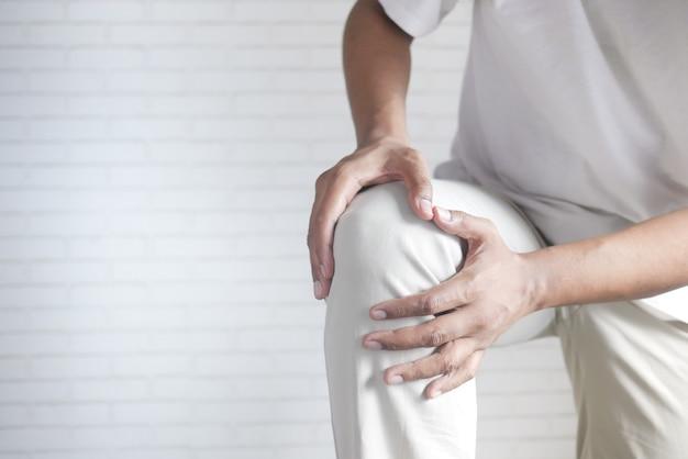 복사 공간이 있는 무릎 관절 통증으로 고통받는 남자를 클로즈업