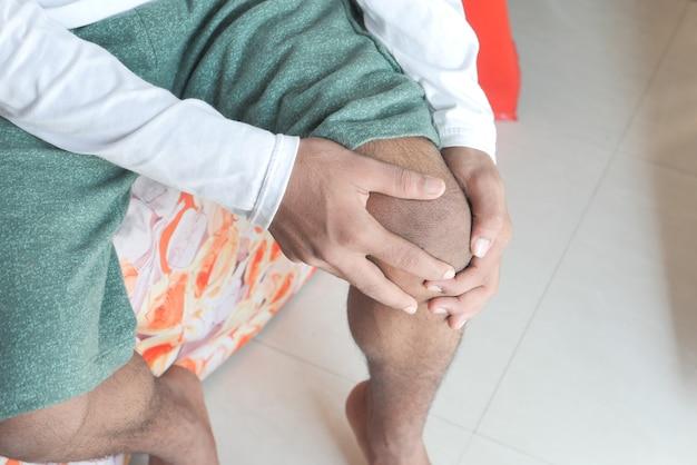무릎 관절 통증을 겪고있는 남자를 닫습니다.