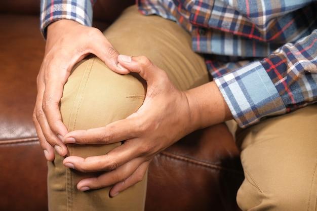 膝関節の痛みに苦しんでいる男性にクローズアップ