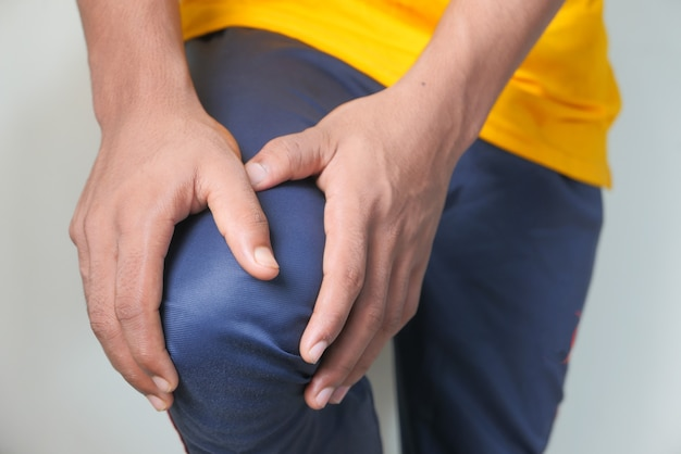 Крупным планом на человека, страдающего от боли в коленном суставе