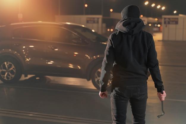 차에 침입하려고 하는 남자를 클로즈업