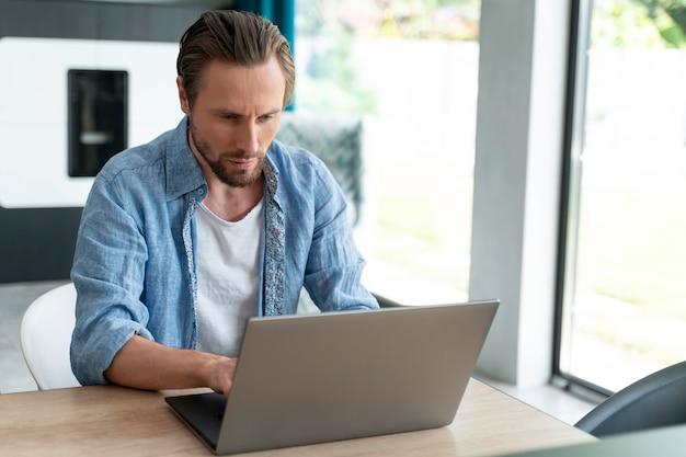 집에서 디지털 기기를 사용하는 남자를 가까이서
