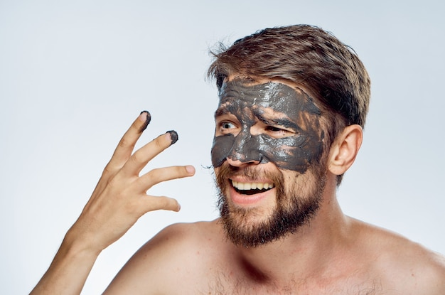 彼の肌を気遣うひげを持つ男にクローズアップ