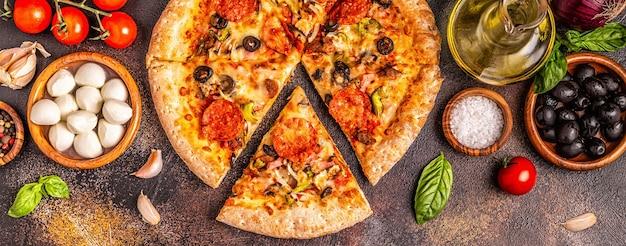 Крупным планом на мясной пицце с ингредиентами
