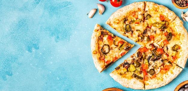 Крупным планом мексиканская пицца с перцем халапеньо