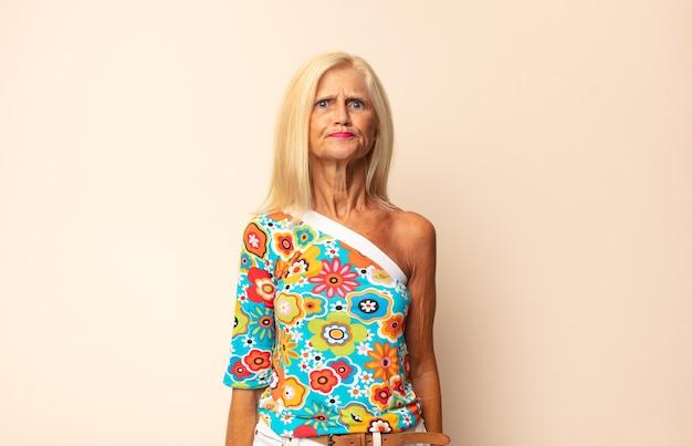 Крупным планом женщина среднего возраста выглядит глупо