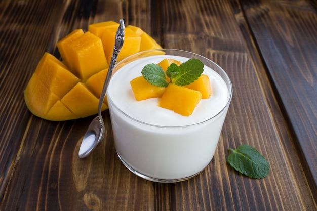 ガラスのマンゴーとミルクヨーグルトにクローズアップ