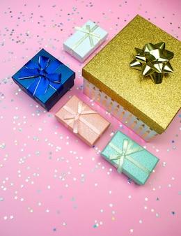 많은 선물 상자로 최소한의 장식을 닫습니다.
