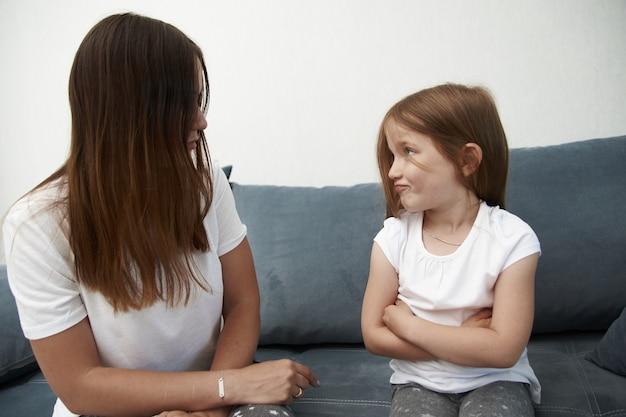 Мать учит дочь крупным планом