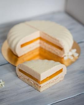 オレンジ色の詰物とムースのケーキにクローズアップ