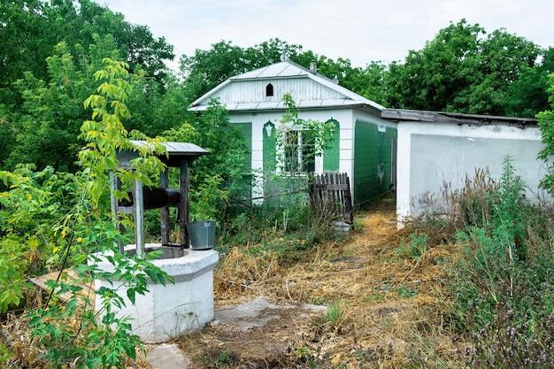 村の古い廃屋にクローズアップ