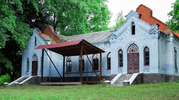 Крупным планом старый заброшенный дом в деревне