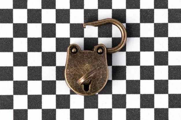 チェスパターン上のキーを持つ古いロックをクローズアップ