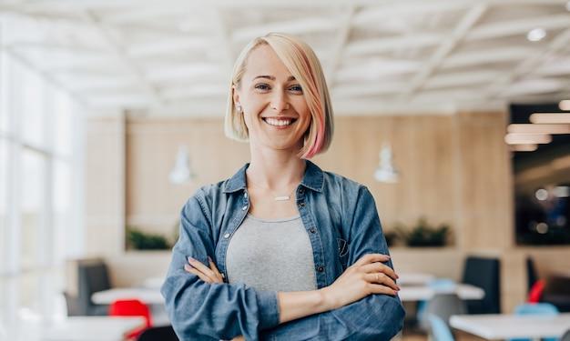 カフェで楽観的な若い女性にクローズアップ