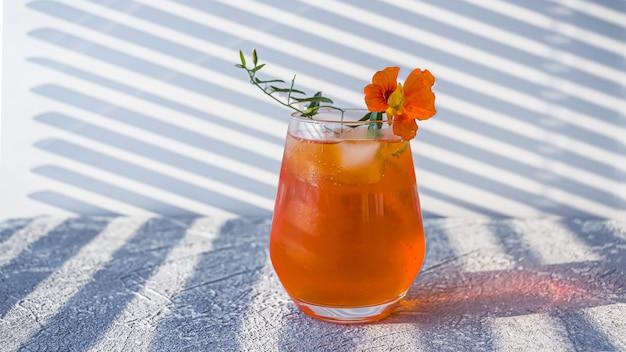 オレンジ色のアルコールカクテルaperolにクローズアップ