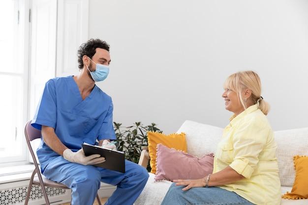 백신에 대해 의사와 이야기하는 pacient에 가까이