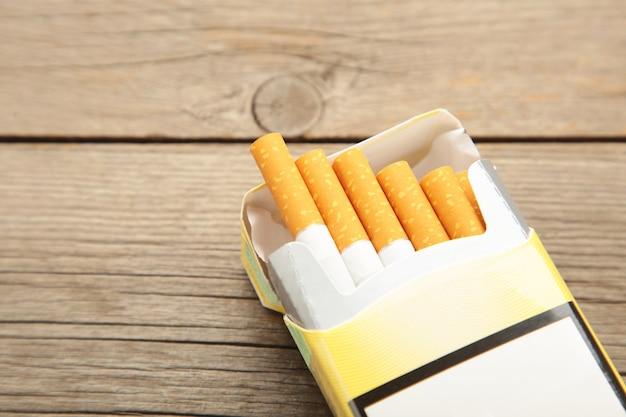 タバコのパックにクローズアップ