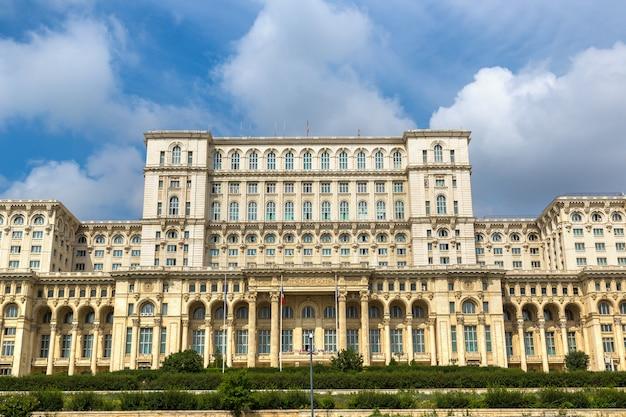 Крупным планом на парламент бухареста в румынии