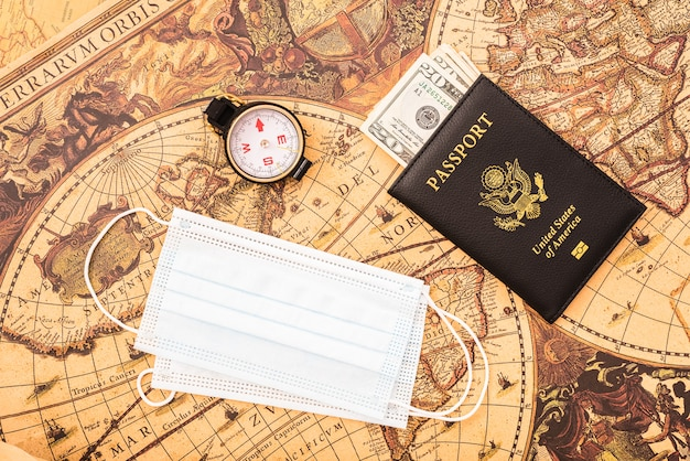 現金とフェイスマスクのパスポートにクローズアップ