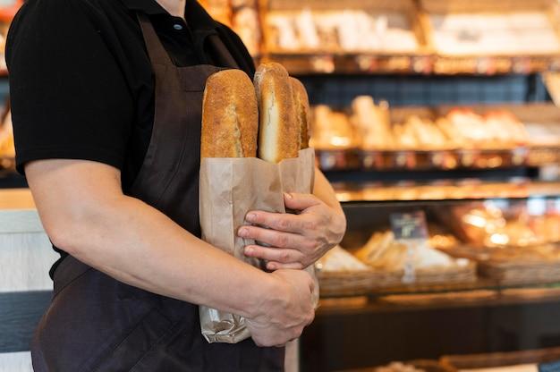 음식을 준비하는 제빵사를 가까이서