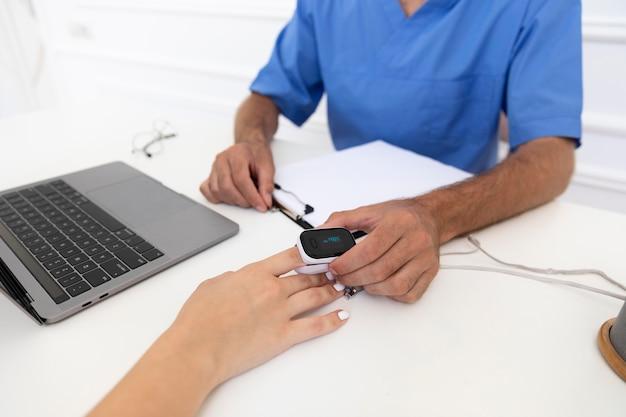 예방 접종에 대해 의사와 이야기하는 환자에 가까이