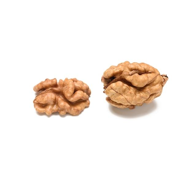 Крупным планом на очищенный грецкий орех изолированные