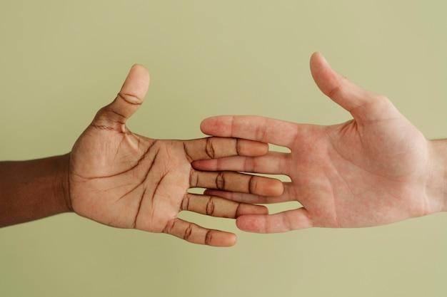 손을 통해 연결하는 사람들을 닫습니다