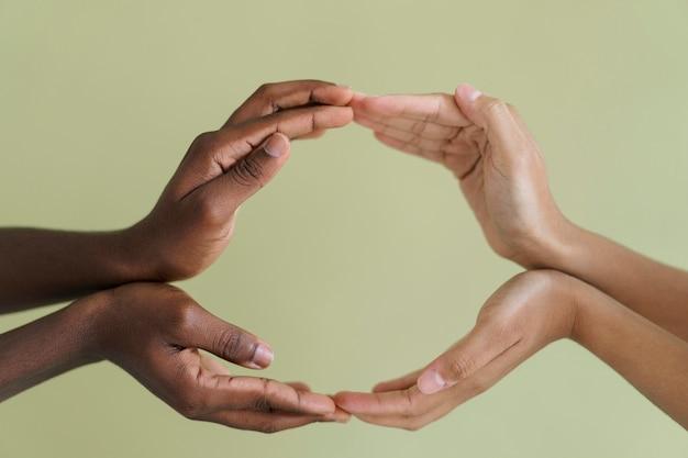 Закройте людей, соединяющихся руками