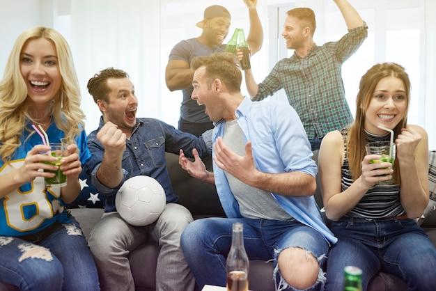 ゴールを待っている試合を見ている人々にクローズアップ