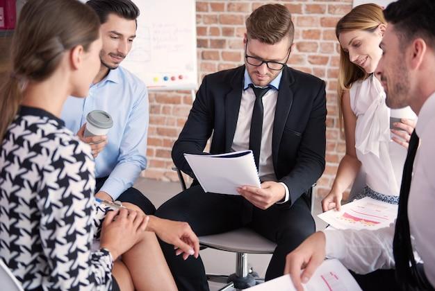 Крупным планом людей, работающих в офисе