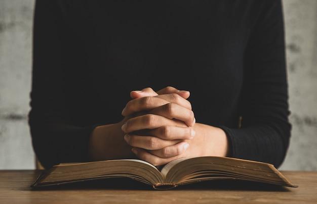 聖書を読んでいる人にクローズアップ