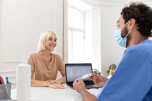 예방 접종에 대해 의사와 이야기하는 사람을 클로즈업